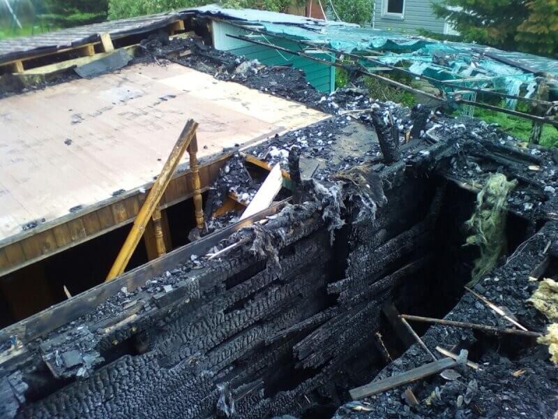 в процессе разбора сгоревшего дома